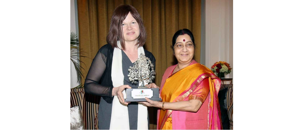 "Professor Allison Busch of Columbia University receiving the ""Vishwa Hindi Samman"" from Ms. Sushma Swaraj, Minister of External Affairs, New York (September 27, 2018)"
